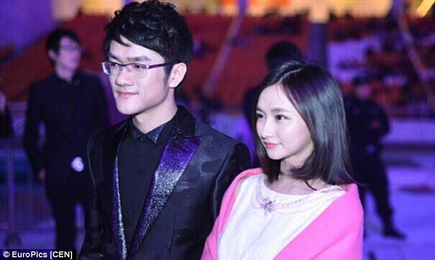 中国で最も有名なeSportsコンパニオンの二人 Han Yiying (右) と Ruo Feng