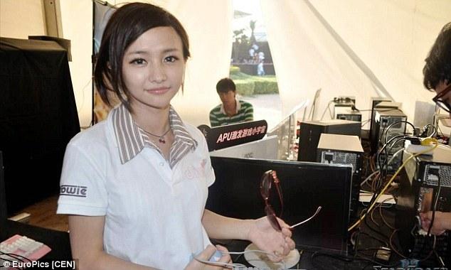 自身も四川省出身のプロゲーマーとして大会に参加するHan